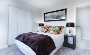 спалня с трикрилен гардероб